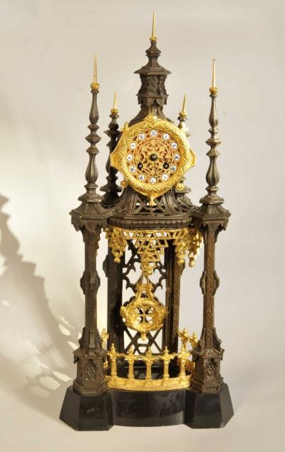Часы бронзовые каминные на камне в неоготическом стиле