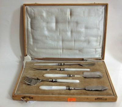 Старинный десертный набор из пяти предметов с перламутровыми ручками