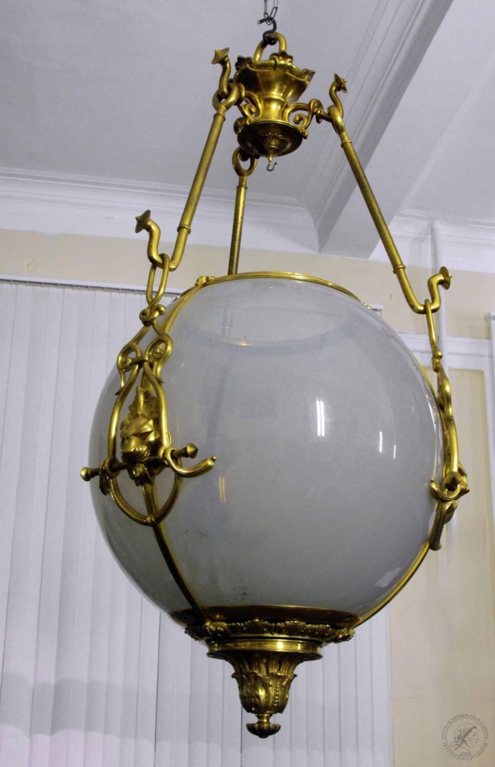 Фонарь молочного стекла в форме шара в классическом стиле