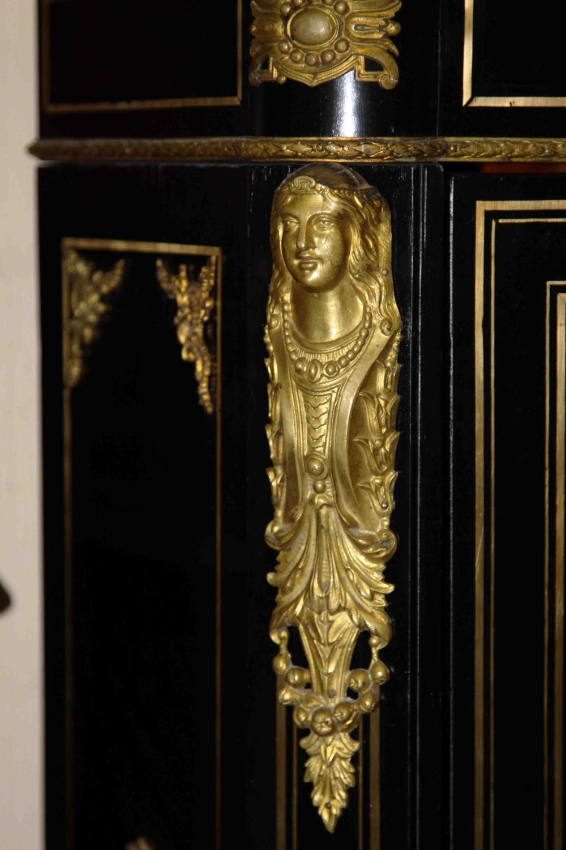 Прилавок чёрный с мраморной плитой декорированный золочённой бронзой с фарфоровым пластом в неоклассическом стиле