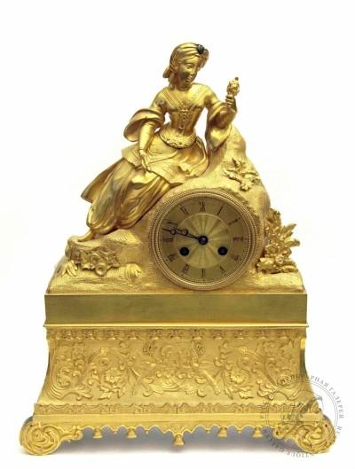 Часы бронзовые золочёные каминные «Девушка в чалме украшенной камнем»