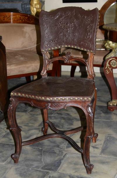 Стулья в эклектичном стиле с бронзовыми художественными гвоздями и давленой кожей