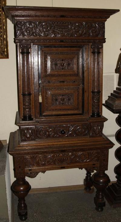 Шкаф резной дубовый в стиле Ренессанс