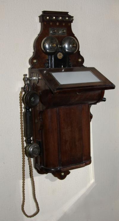 Старинный настенный телефон в деревянном корпусе