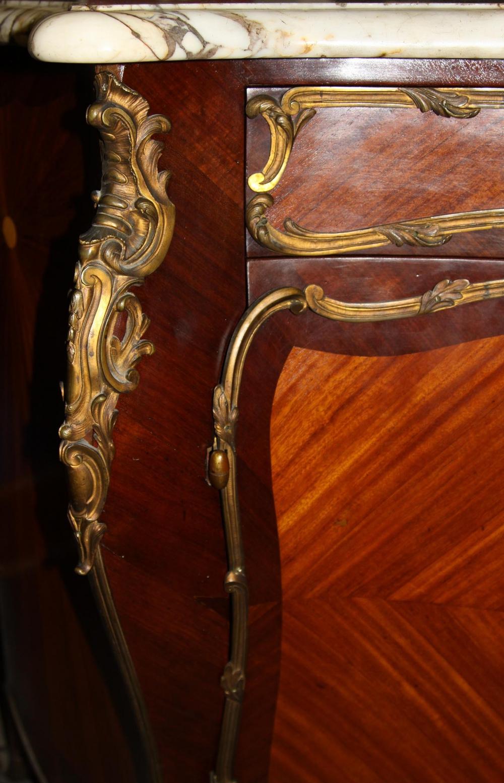 Комод наборного дерева с бронзовыми накладками в стиле Людовика XV