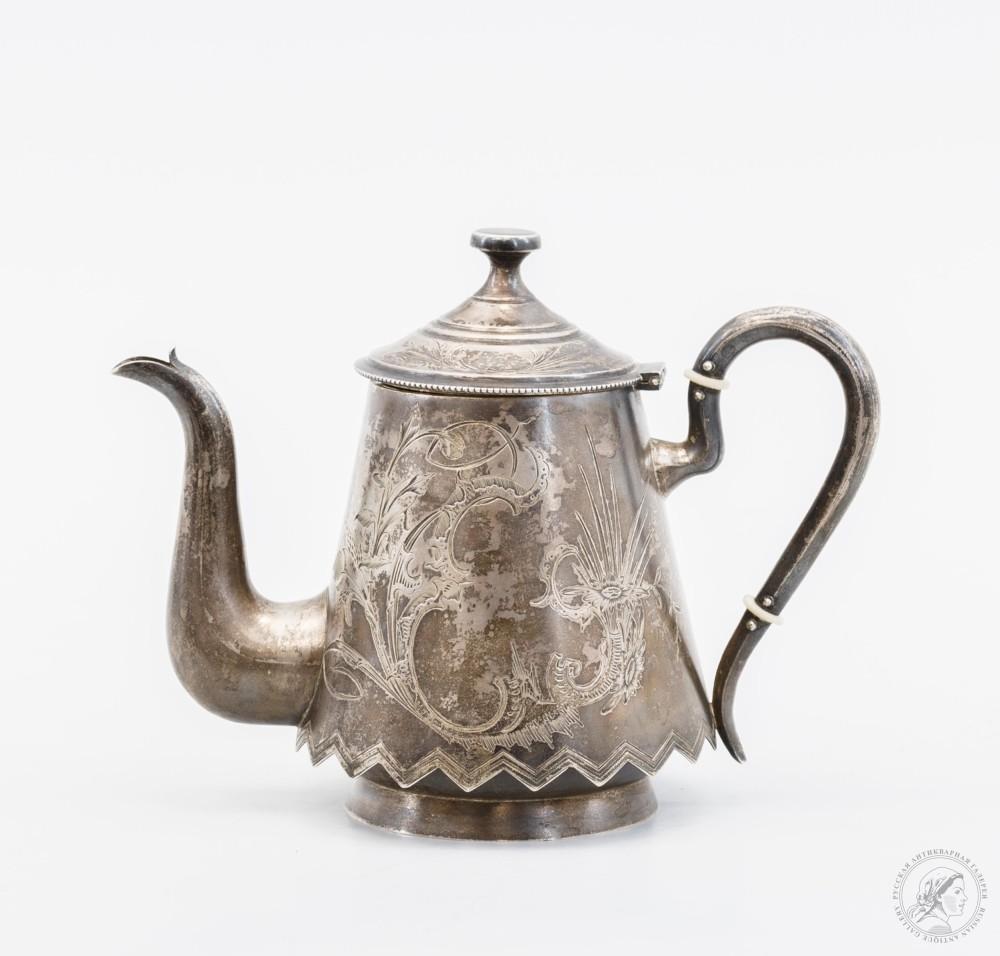 Серебряный чайник с цветочным декором и фигурным низом