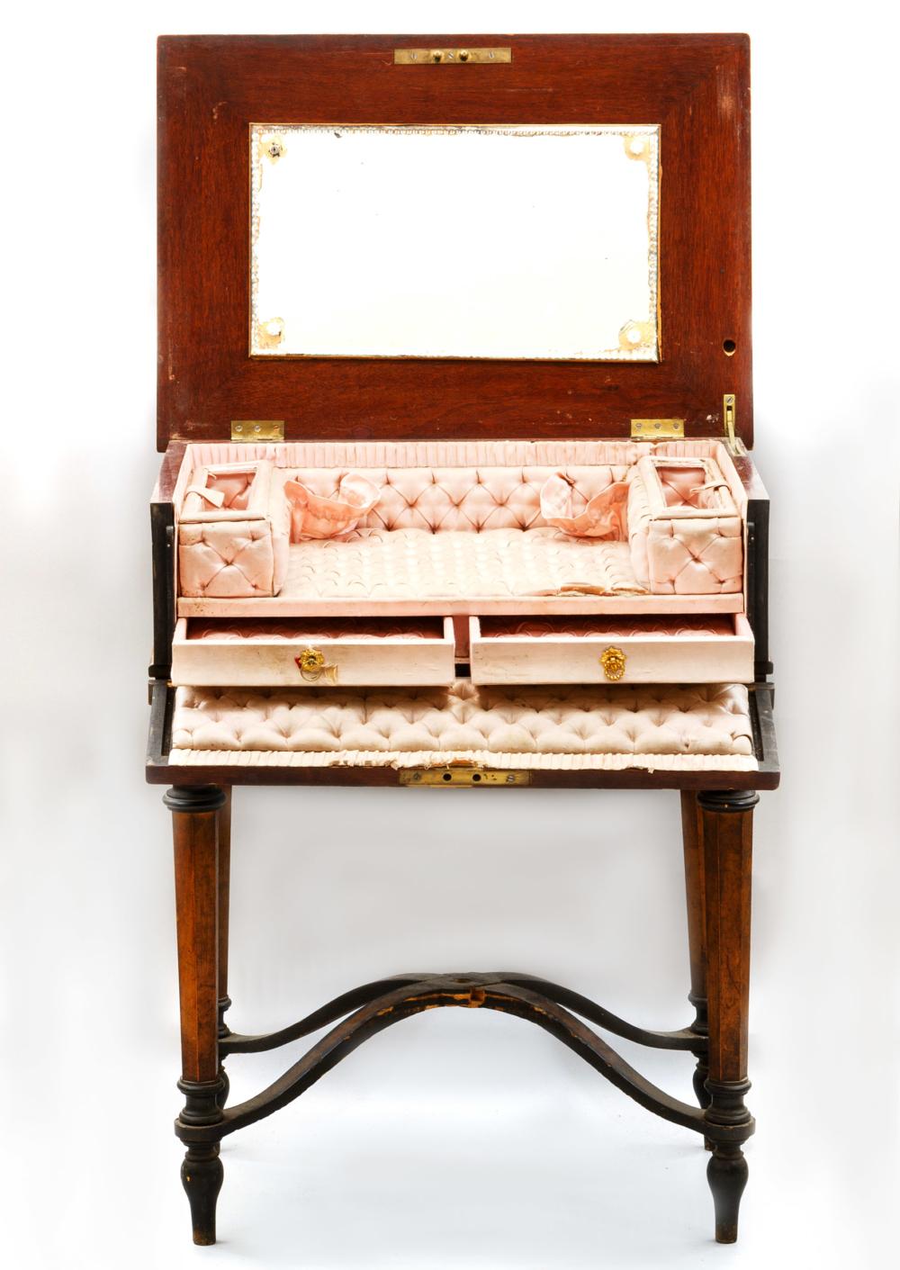 Столик будуарный