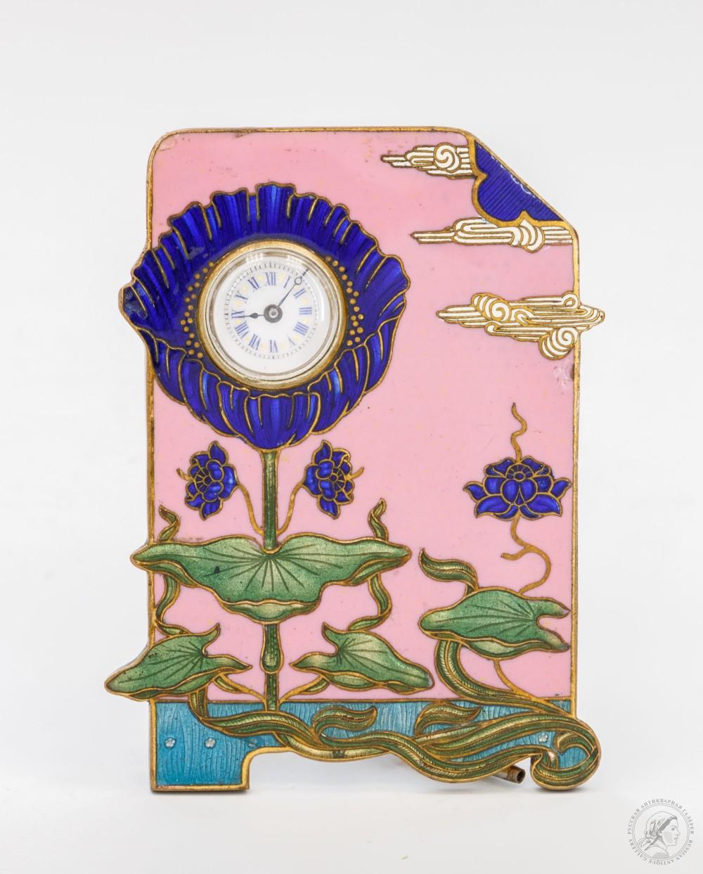 Часы настольные в стиле модерн с гильошированной эмалью