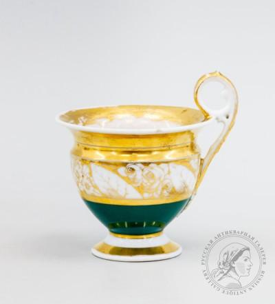 Чашка, декорированная цветочными гирляндами по тулову