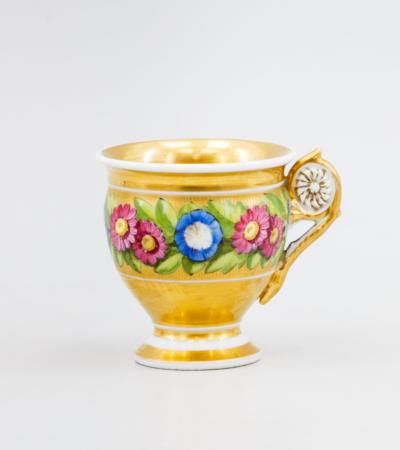 Фарфоровая чашка с цветочной гирляндой. Франция, 19 век