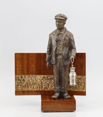 Скульптура на деревянной подставке «Шахтер»