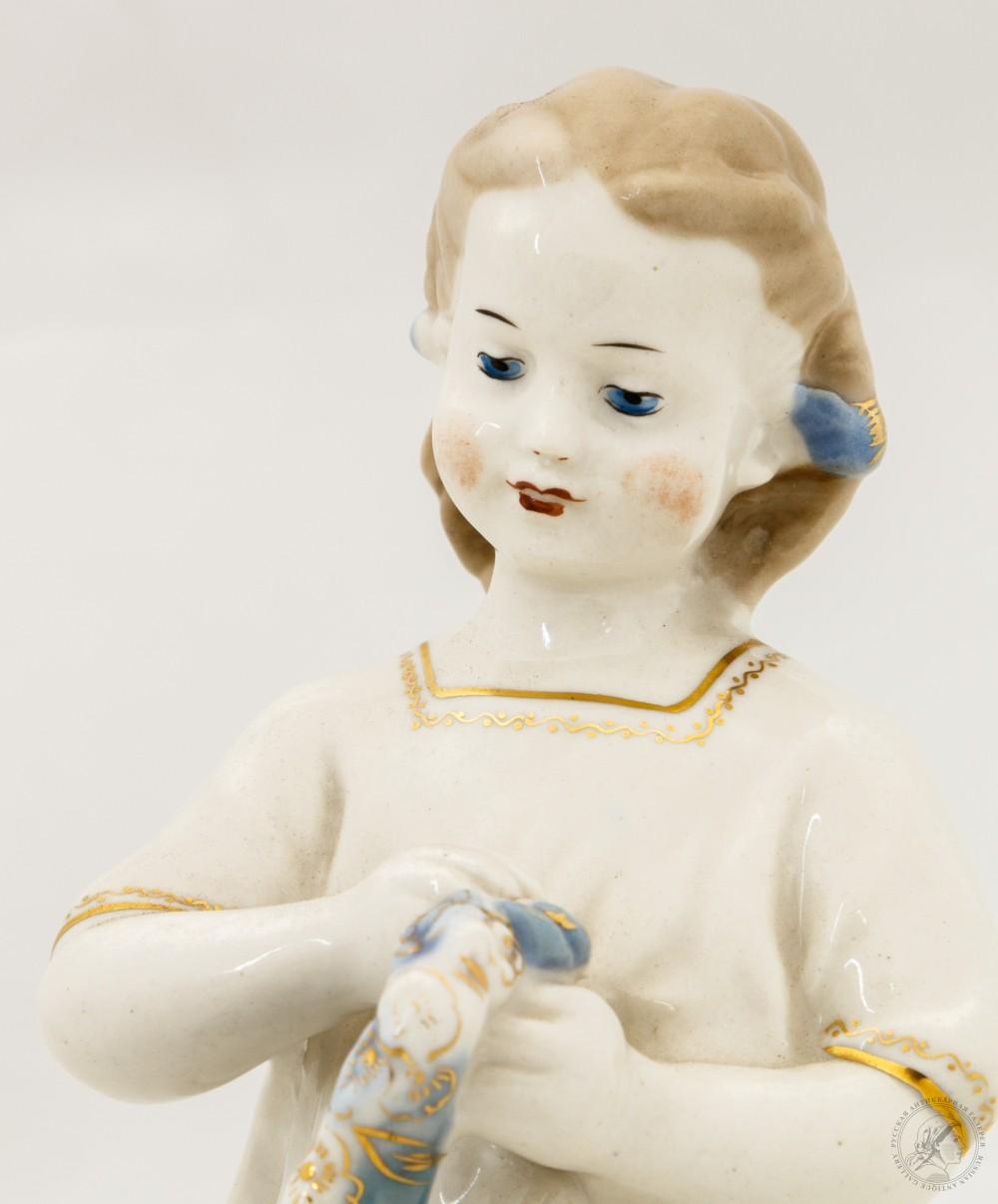 Статуэтка «Девочка с венком»