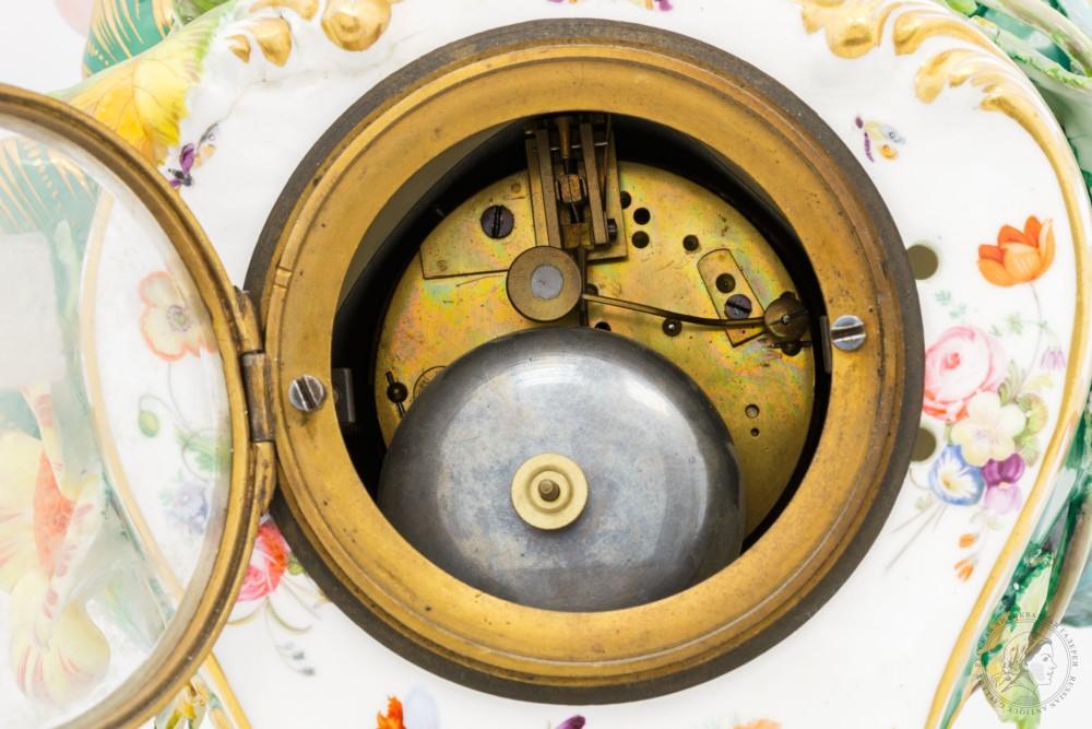 Часы фарфоровые в стиле Барокко декорированные цветами и птицами