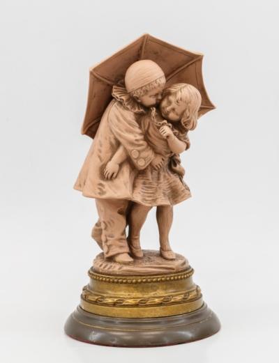 Скульптурная композиция «Мальчик с девочкой под зонтиком»
