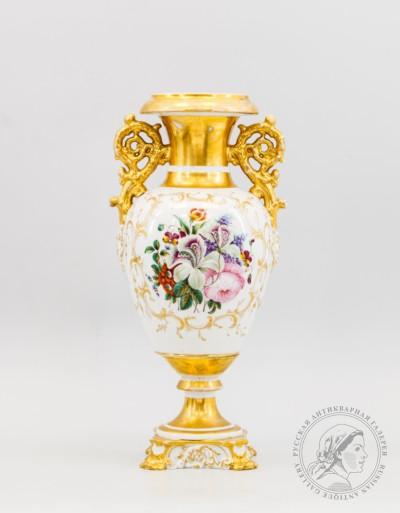 Фарфоровая интерьерная ваза с изображением букета цветов завода Братьев Корниловых