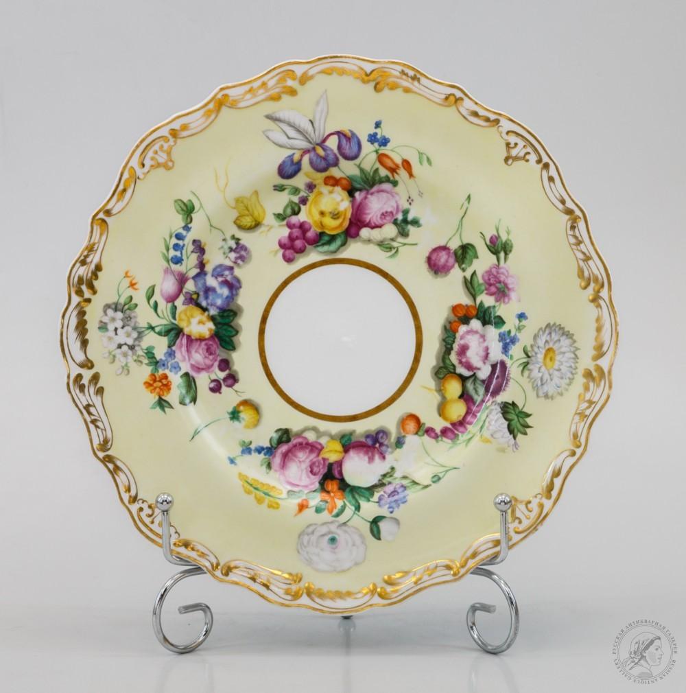 Тарелка десертная с желтым крытьем и росписями букетов цветов и фруктов