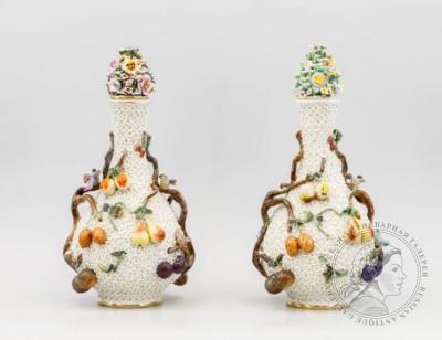 Парные вазы с лепным декором