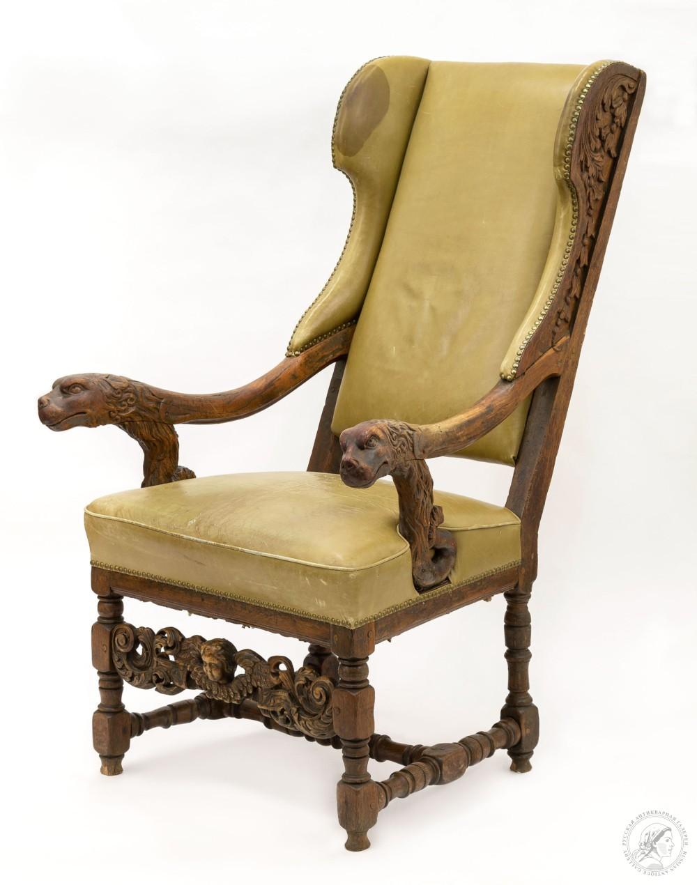 Кресло кабинетное с мягкой спинкой из массива ореха в стиле Ренессанс с резными фигурами