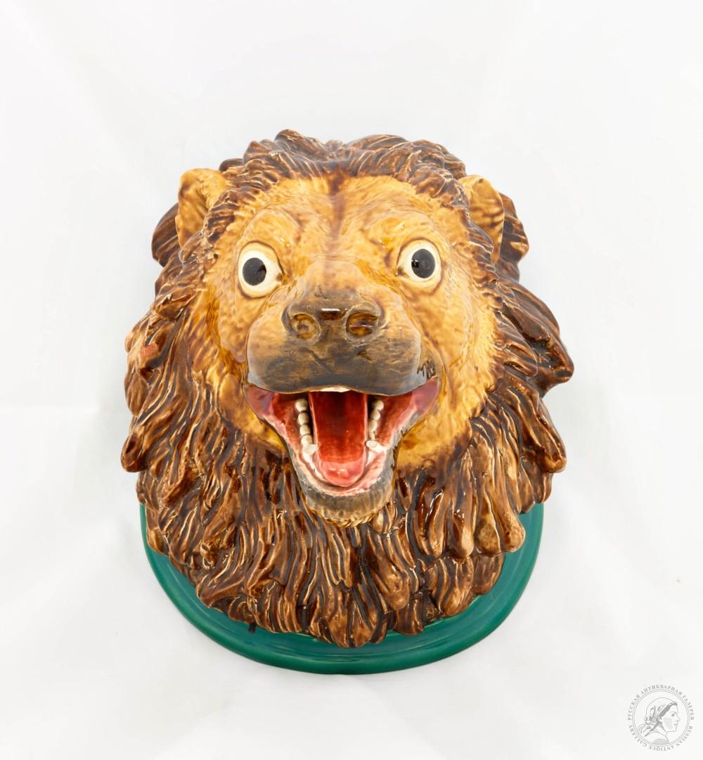 Настенное панно в виде головы льва
