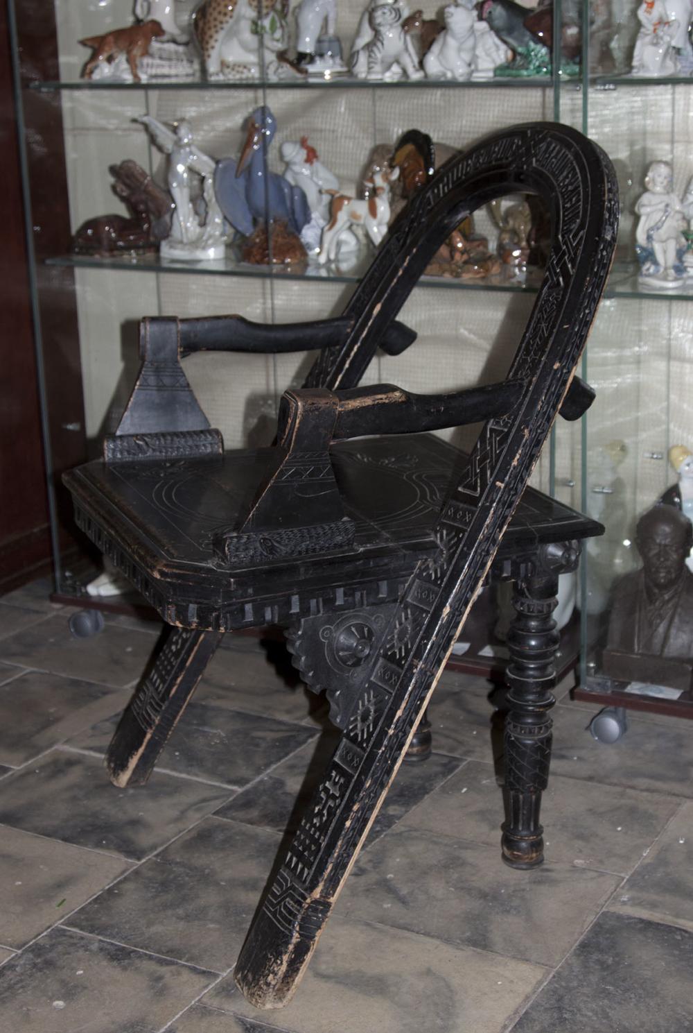 Кресло с топорами «Тише едешь дальше будешь» по модели Шутова В.П