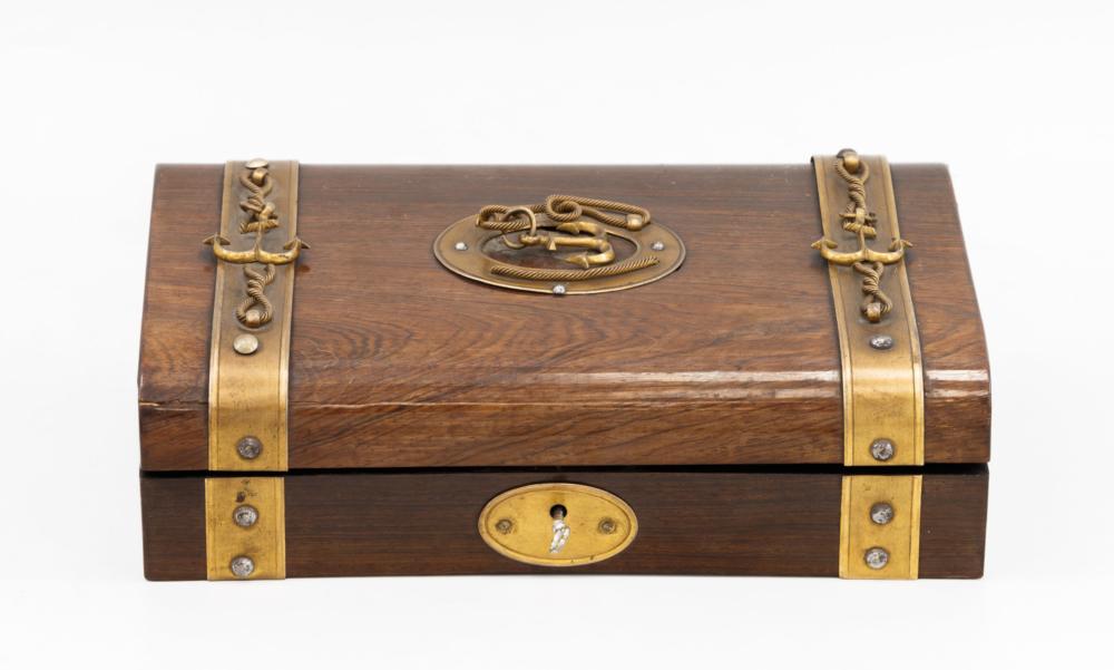 Шкатулка с игральным набором, украшенная якорями