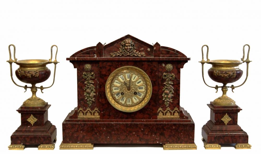 Часы каминные каменные с бронзовым декором и парными вазами в эклектичном стиле