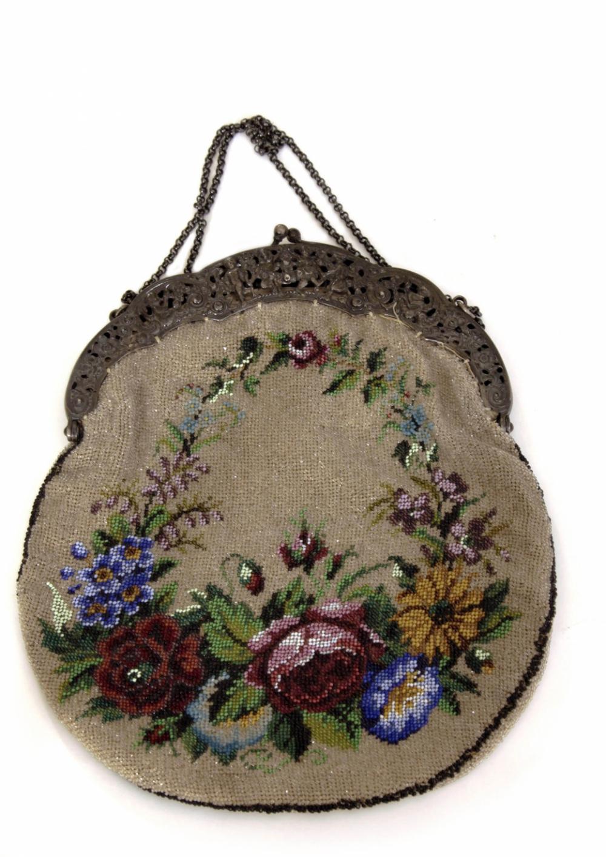 Старинная сумочка с рисунком из мелкого бисера