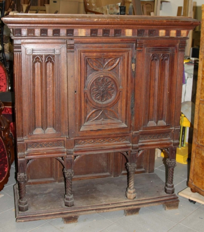 Шкаф дубовый кабинетный в готическом стиле