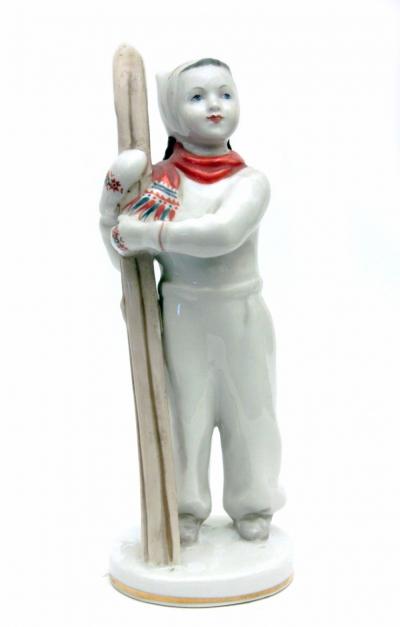 Фарфоровая фигурка Лыжница