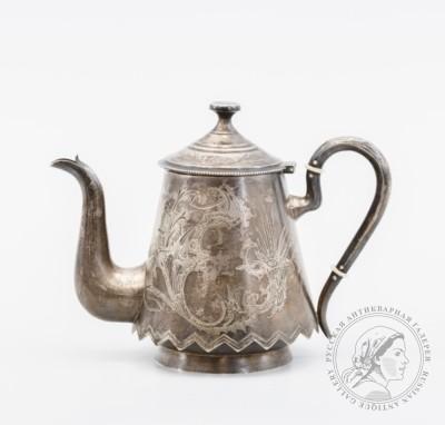 чайник с цветочным декором и фигурным низом