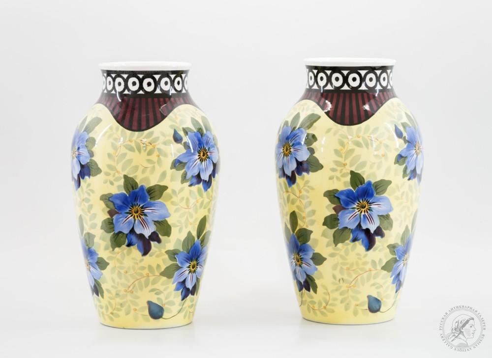 Парные вазы с синими цветами